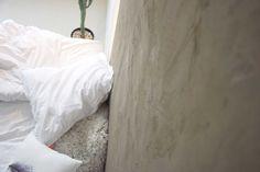 diy wall concrete in bedroom / jednoduchý návod na diy betonovou stěrku na stěně na blogu http://tamarki.cz/ja-ten-beton-na-zed-proste-dostanu/