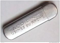 Etui d' Aspirine des Usines du Rhône . Une fois vide, il était pratique pour ranger les aiguilles à coudre .