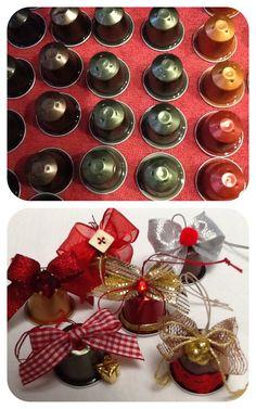 Non si butta via niente! Le cialde della Nespresso possono diventare degli addobbi natalizi. All'interno c'è un sonaglio.