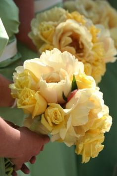 lush, butter yellow peonies, bridesmaids, roses, soft bouquet, yellow wedding palette, yellow bridesmaid bouquet,