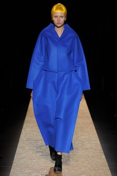 Comme des Garçons Parigi - Collections Fall Winter - Shows - Vogue. Weird Fashion, Live Fashion, Passion For Fashion, Balenciaga, Givenchy, Rei Kawakubo, Vogue Paris, Comme De Garson, Fashion Models