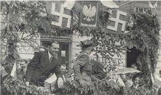 """Polski akcent – zdjęcie z defilady z 1936 roku. Nad trybuną widoczne swastyki (zwane w Polsce """"krzyżem podhalańskim"""")"""