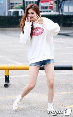 Kim Doyeon Weki Meki (Ex-IOI) J Pop, Jooheon, Dope Outfits, Girl Outfits, Romwe, Airport Fashion Kpop, Korean Birthday, Choi Yoojung, Kim Sejeong