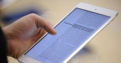 """Les tablettes au collège, la fausse bonne idée de François Hollande [""""Des cours de codage"""" et """"une tablette et une formation au numérique"""" pour tous les élèves de cinquième à partir de la rentrée 2016 : voilà les deux principaux points du """"plan numérique"""" pour l'école qu'a précisé François Hollande, jeudi 6 novembre sur TF1]."""