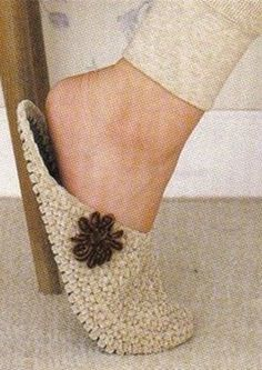 How to tie a hook slippers This Pin was discovered by Deb Baby braids newest knitting patterns – Part 2 I don't know about all the fancy flowers on the top, but these shouldn't be too hard to do in a Puddin size. Find and save knitting and crochet schem Crochet Sandals, Crochet Boots, Crochet Clothes, Knit Crochet, Crochet Crafts, Yarn Crafts, Crochet Projects, Knitting Patterns, Crochet Patterns