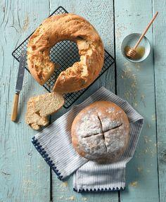 Καλό το ψωμί από το φούρνο της γειτονιάς αλλά επειδή σαν το σπιτικό δεν έχει σάς έχουμε δύο συνταγές για να το φτιάξετε με τα χεράκια σας. Types Of Food, Bagel, Food Porn, Bread, Recipes, Greece, Drink, Greece Country, Beverage
