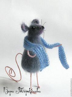 Сегодня я хочу рассказать вам как можно сязать эту милую мышку. Материалы для рождения мышки:- крючок № 1,75;- пряжа для игрушки 50 гр (Angora Gold Batik от «ALIZE», 500 м /100 грамм);- немного розовой пряжи для хвоста и ножек-ручек;- немного черной пряжи для носа;- леска для усиков;- наполнитель;- две черные бусины для глаз, диаметром 3-5 мм;- проволока для каркаса 1-1,5 мм (сколько я скажу…