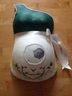 Der Gipsabdruck vom Babybauch mit schwarz weiss Bild vom Bauchbewohner