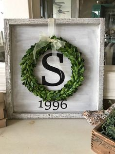 Handmade home decor - Framed sign with wreath – Handmade home decor Handmade Home Decor, Unique Home Decor, Modern Decor, Diy Home Decor For Apartments, Do It Yourself Home, Home Crafts, Wood Projects, Farmhouse Decor, Modern Farmhouse