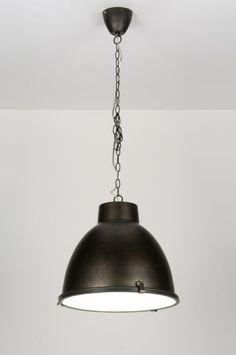 43cm grote Industriële hanglamp in een matte uitvoering. Deze hanglamp heeft een stoer, industrieel ontwerp. De kleur van deze lamp is uniek te noemen.(pantone 432c). In eerste instantie is de kap donkergrijs van kleur. Bij bepaalde lichtinval wordt een enigszins diep donkerblauwe gloed zichtbaar. Dit geeft de donkergrijze lamp een bijzonder sfeervol effect. Voor woonkamer , eettafel , keuken , slaapkamer . Home interior lights / online shop : click on this link (( www.rietveldlicht.nl ))