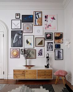 modern gallery wall inspiration for tall ceilings. / sfgirlbybay The post friday finds. appeared first on Vardagsrum Diy.