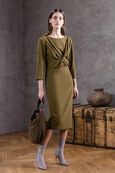 Syksyn tullen syvät ja maanläheiset värit siirtyvät vaatteisiinkin. Vihreän eri sävyt oliivista khakinvihreään kuuluvat Ivo Nikkolon värimaailmaan syksyllä & talvella 2016. Mekko, joka yhdistelee klassista ja modernia tyyliä sekä rohkeaa leikkausta saa oman ulottuvuutensa syksyn trendivärissä. #eckeröline #ivonikkolo #muoti #fashion #mood