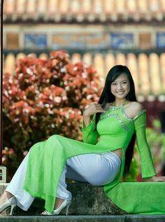 Vietnamese Clothing, Vietnamese Dress, Vietnamese Traditional Dress, Traditional Dresses, Ao Dai, Beautiful Asian Women, Girl Poses, Sexy Asian Girls, Green Dress