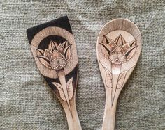 Personalized pyrography tulip wooden utensils, gift for her, gift for him, customized boho kitchenware, pyrography art spoon and spatula set