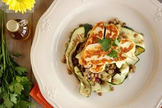 Salada de lentilhas com courgette e queijo Halloumi grelhado