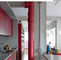As lajes de concreto em balanço formam caixas para embutir armários, fogão e estante. Sem acabamento, as caixas acompanham o aspecto rústico das paredes e dos pilares descascados na reforma do apartamento feita pelo escritório Zemel + Chalabi Arquitetos.