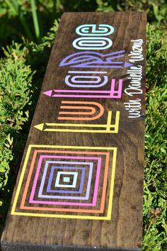 LuLaRoe Sign day turnaround by ThePrettyPallets on Etsy Vinyl Crafts, Vinyl Projects, Lularoe Party, Lularoe Shopping, Lularoe Consultant, Rainbow Logo, Mobile Boutique, Realtor Gifts, Make Your Own Sign