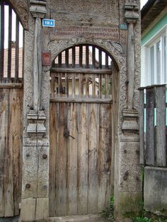 székely-hungarian folk art - székelykapu I love these carved entry gates. Wooden Gates, Door Furniture, Natural Scenery, Entrance Gates, House In The Woods, Doorway, Wood Carving, Hungary, Old Houses