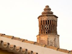 A chaminé algarvia, um orgulho muito peculiar - YouTube Algarve, Portugal, Pisa, Tower, Counting, Building, Youtube, Singing, Travel