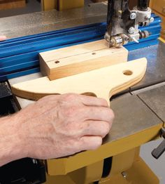 Table Saws How can I safely rip short pieces of wood? Use a band saw, not a table saw. (love this push stick!) - How can I safely rip short pieces of wood? Use a band saw, not a table saw. Woodshop Tools, Jet Woodworking Tools, Woodworking Magazine, Popular Woodworking, Woodworking Projects, Woodworking Bandsaw, Diy Wood Projects, Wood Crafts, Diy Bandsaw