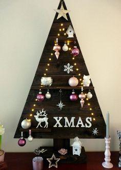 Houten kerstboom gemaakt van een pallet