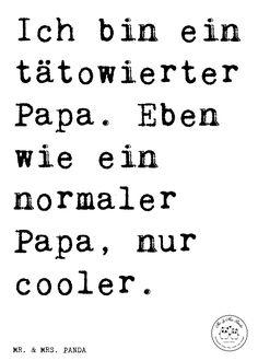 Spruch: Ich bin ein tätowierter Papa. Eben wie ein normaler Papa, nur cooler. - Sprüche, Zitat, Zitate, Lustig, Weise Papa, cooler Vater, tätowiert, Tattoos, Vatertag, Geschenk Männer, Geschenk Papa, Geschenk Vater, bester Vater, Familie, Mann