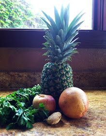 For all of you out there with aches and pain, here is a list of some anti-inflammatory foods: Pineapple contains the enzyme, bromelain. Juice Drinks, Juice Smoothie, Smoothie Drinks, Smoothie Recipes, Healthy Juices, Healthy Smoothies, Healthy Drinks, Detox Smoothies, Healthy Snacks