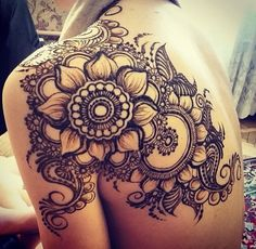 A henna tattoo or also know as temporary tattoos are a hot commodity right now. Somehow, people has considered the fact that henna designs are tattoos. Henna Tattoo Muster, Tattoo Henna, Muster Tattoos, Henna Flower Tattoos, Kanji Tattoo, Butterfly Tattoos, Mehndi Designs, Henna Designs Back, Henna Tattoo Designs Arm