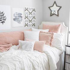 Preppy Dorm Room, College Bedroom Decor, Room Ideas Bedroom, Small Room Bedroom, Dorms Decor, College Room, Pink Dorm Rooms, Dorm Room Colors, Dorm Room Designs