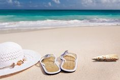 Planning a beach vacation? Find out what you need to bring to make the most of your day of fun in the sun. Plus, get a free printable beach packing list! Packing List Beach, Packing Tips, Honeymoon Packing, Packing Checklist, Vacation Destinations, Vacation Spots, Vacation Ideas, Vacation Packages, Holiday Destinations