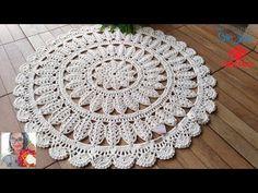 Um tapete de crochê redondo deixa qualquer ambiente mais bonito e aconchegante. Aprenda como fazer e se inspire com vários modelos lindos! Crochet Mat, Crochet Carpet, Crochet Shell Stitch, Crochet Mandala, Crochet Squares, Lace Doilies, Crochet Doilies, Doily Rug, Crochet Designs