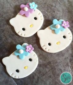 12 Hello Kitty fondant cupcake toppers with flowers by CuteFondant Hello Kitty Fondant, Torta Hello Kitty, Hello Kitty Cupcakes, Hello Kitty Birthday, Fondant Cupcakes, Fondant Toppers, Cupcake Cakes, Creative Cake Decorating, Creative Cakes