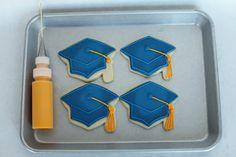 (How to Make Graduation Cookies) How to decorate sugar cookies Galletas Cookies, Iced Cookies, Cut Out Cookies, Cupcake Cookies, Cookies Et Biscuits, Baby Cookies, Heart Cookies, Frosted Cookies, Summer Cookies