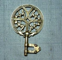 Replica Viking age key from Gotland by Feedtheravens Medieval Jewelry, Viking Jewelry, Viking Reenactment, Viking Culture, Viking Life, Viking Clothing, Old Keys, Antique Keys, Ancient Vikings