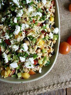 En nydelig pastasalat med greske smaker! Lett å lage med herlige ingredienser.  Server som tilbehør til grillmat eller server som en rett i seg selv. Gjerne med litt godt brød til. Tex Mex, Vinaigrette, Cobb Salad, Tapas, Beverages, Snacks, Mat, Food, Gourmet