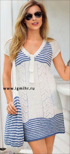 Бело-синее платье с полосами из узора с листьями и сумка в полоску. Спицы и Крючок