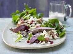 Für alle, die auf Kohlenhydrate, aber nicht auf Genuss verzichten wollen! Lammfilet auf Portulak-Rucola-Salat - mit Schafskäse und Granatapfelkernen - smarter - Kalorien: 530 Kcal - Zeit: 45 Min. | eatsmarter.de