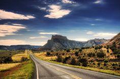 HDR papier peint paysage avec la route allant vers l'avant à une grande montagne