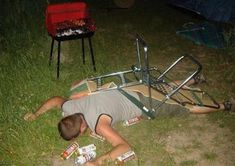 30 Drunk People fallen asleep in strange places . BTW , they are so funny Drinking Quotes, Drinking Shirts, Funny Picture Quotes, Funny Photos, Funniest Photos, Drunk Fails, Funny Fails, Funny 4th Of July, Drunk Humor