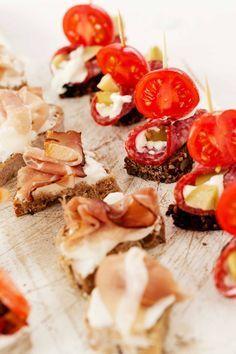 Tartine con speck e robiola, robiola e salame, tartine per aperitivo a casa
