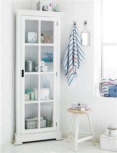 Ordnung im Badezimmer muss sein | Eckschrank, Handtücher und Rollen