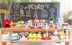 Festa Tema Snoopy com backdrop de giz personalizado com dados do aniversariante.