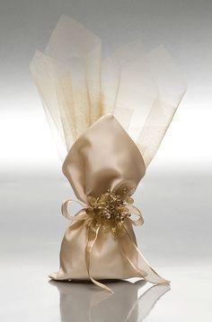 ΜΠΟΜΠΟΝΙΕΡΕΣ ΓΑΜΟΥ ΠΟΥΓΚΙ-ΓΡΑΒΑΤΑ - Είδη γάμου & βάπτισης, μπομπονιέρες γάμου | tornaris-rina.gr Wedding Gift Boxes, Wedding Gifts For Guests, Wedding Favor Bags, Wedding Candy, Decorated Gift Bags, Scented Sachets, Wedding Rituals, Lavender Bags, Wedding Designs