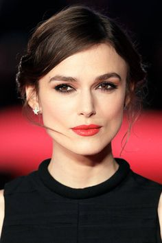 Deep Set Eyes For deep-set eyes like Keira Knightley's, use the same application techniques as you would for a round eye, but apply the dark shadow very lightly. You want to accentuate the highlighted parts of the eye to give the illusion of roundness, but not overpower it with dark shadow.