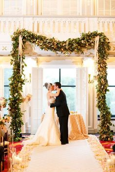 We've already mentioned indoor wedding backdrops, today I'd like to specify them telling you of winter backdrops. Here you can try white flowers, candles, candle lanterns, Christmas lights and some fabric – white or maybe plaid.