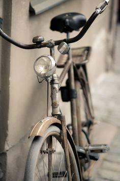 vintage bike from Goldborough Studio Visual Inspiration Velo Retro, Velo Vintage, Vintage Bicycles, Vintage Style, Old Bicycle, Old Bikes, Bicicletas Raleigh, Belle Photo, Old Things