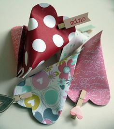 Sourcream-Box Sourcream-Box The post Sourcream-Box appeared first on Cadeau ideeën. Creative Gift Wrapping, Creative Gifts, Valentine Heart, Valentine Crafts, Diy And Crafts, Paper Crafts, Treat Holder, Pillow Box, Valentine Decorations