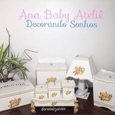 Kit de higiene em Mdf modelo realeza 👑🎀contendo 08 peças (abajur, farmacinha, porta fraldas, lixeirinha, bandeja e três potes) Encomendas 📲 whats (69)99902-1211 - Ana #anababyatelie #anababydecor #kithigiene #kithigienebebe #kitdehigiene #quartodeprincesa #decoracaodemenina #quartodemenina #quartodobebe #decoracaopersonalizada #portamaternidade #babygirl #princess #maternity #mamaepira #feitocomamor
