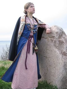Amazing blog. Hedeby Viking reconstruction, multiple pieces (clothing, footwear, adornment) + documentation.