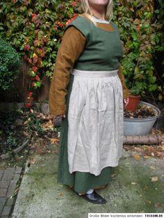 Magd mit einfachem Leinenkittel, Wollsurcote und Schürze Viking Clothing, Midi Skirt, Skirts, Clothes, Fashion, Ladies Clothes, Dress Sewing, Maid, Figurine
